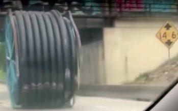 Μεγάλος σιδερένιος κύλινδρος σκορπίζει τρόμο σε αυτοκινητόδρομο (video)