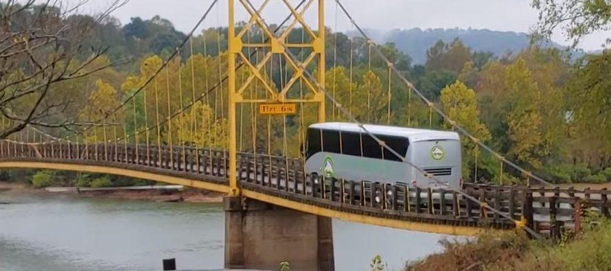 Λεωφορείο βάρους 35 τόνων διασχίζει γέφυρα που αντέχει 10 τόνους (video)