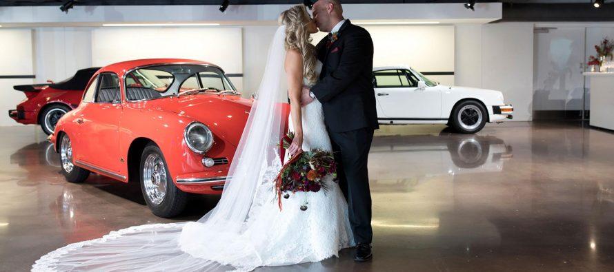 Παντρεύτηκαν εν κινήσει μέσα σε μια Porsche Cayenne