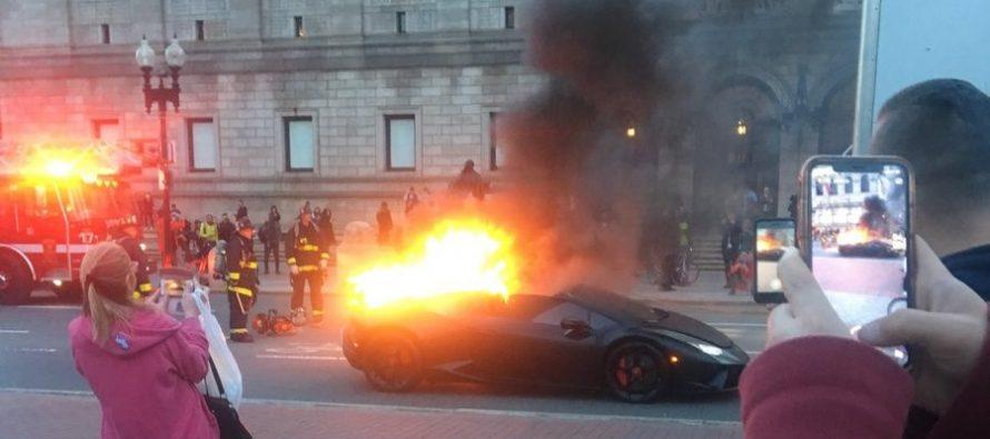 Φλεγόμενη Lamborghini προκαλεί γέλια σε περαστικούς (video)