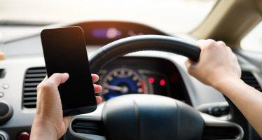 Εκατοντάδες παραβάσεις για χρήση κινητού τηλεφώνου στην οδήγηση