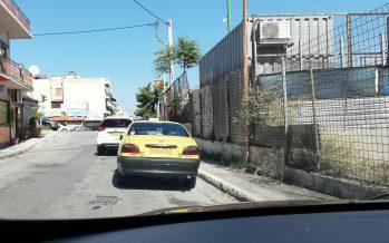 Οδηγός ταξί πάρκαρε μπροστά στο φανάρι