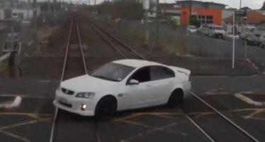 Ελαφριά σύγκρουση αυτοκινήτου με τρένο (video)