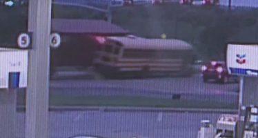 Σύγκρουση σχολικού λεωφορείου με φορτηγό-δέκα μαθητές τραυματίες (video)