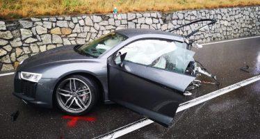 Κόπηκε στα δυο Audi R8 αλλά ο οδηγός δεν έπαθε τίποτα