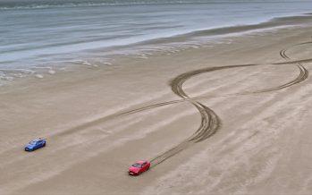 Δυο Jaguar ζωγραφίζουν πάνω σε 1.000 μέτρα άμμου (video)
