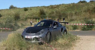 Σε χωμάτινο προστατευτικό ανέβηκε μια Porsche 911 GT3 RS (video)