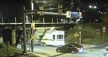 63e4871a1801 ... Νόμιζε ότι το τροχόσπιτο χωρούσε κάτω από τη γέφυρα αλλά έκανε λάθος  (video)