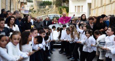 Παιδιά τραβούσαν μια Porsche που μετέφερε έναν αρχιερέα (video)