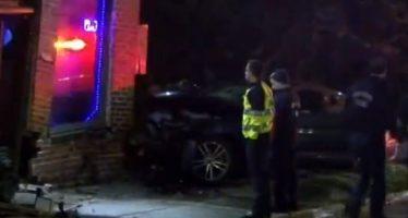 Πάνω σε μπαρ έπεσε η οδηγός ενός Ford Mustang (video)