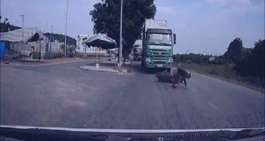 Μοτοσικλετιστής παραλίγο να βρεθεί κάτω από τις ρόδες φορτηγού (video)