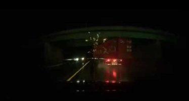 Μεγάλο κοντέινερ έπεσε από φορτηγό εν κινήσει (video)