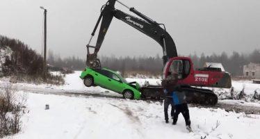 Οδηγός εκσκαφέα καταστρέφει αυτοκίνητο έπειτα από καβγά (video)