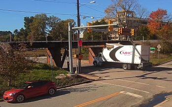 Οδηγός φορτηγού χτύπησε διαδοχικά σε δυο γέφυρες (video)