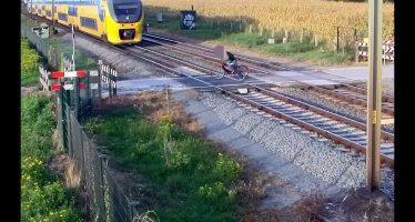 Τρένο πέρασε ξυστά από έναν παράτολμο ποδηλάτη (video)