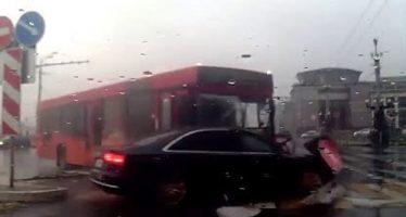 Λεωφορείο παραβίασε κόκκινο φανάρι και παρέσυρε ένα Audi A8 (video)