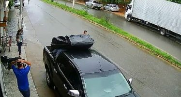 Γλίτωσε στο τσακ να τον πατήσει αυτοκίνητο (video)