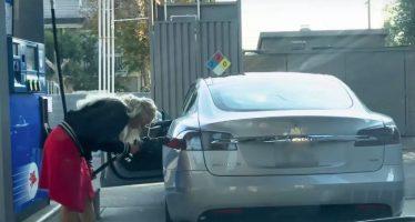 Γυναίκα προσπαθούσε να βάλει καύσιμο σε ηλεκτροκίνητο αυτοκίνητο (video)