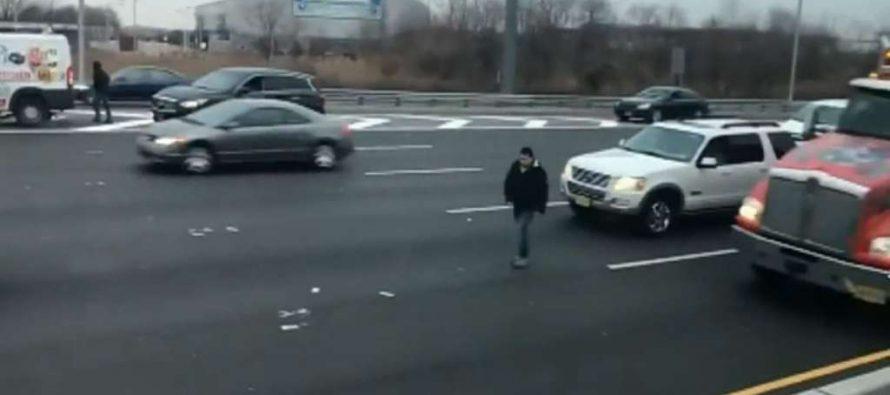 Η άσφαλτος γέμισε χαρτονομίσματα και οι οδηγοί έκαναν πλιάτσικο (video)