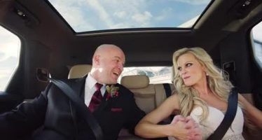 Ο πιο γρήγορος γάμος έγινε μέσα σε μια Porsche Cayenne (video)