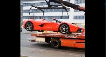 Δείτε το γερανό να σηκώνει μια Ferrari (video)