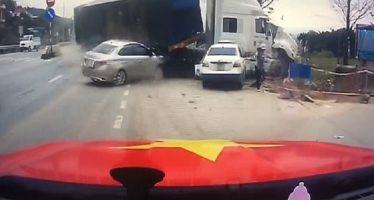 Φορτηγό εκτός ελέγχου παραλίγο να καταπλακώσει μια γυναίκα με το παιδί της (video)