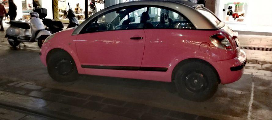 Το αυτοκίνητο της ημέρας: Ένα ροζ Citroen C3 Pluriel στον Πειραιά
