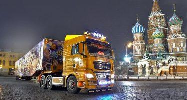 Στη Μόσχα έφτασε χριστουγεννιάτικο δέντρο 27 μέτρων με φορτηγό της MAN