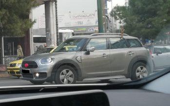 Το αυτοκίνητο της ημέρας: Ένα στολισμένο MINI Countryman στην πλατεία Καραϊσκάκη
