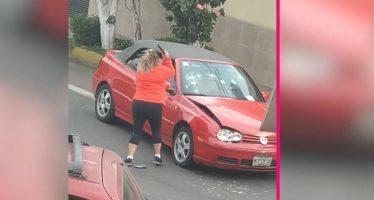 Οξύθυμη οδηγός σπάει το αυτοκίνητο που την τράκαρε (video)