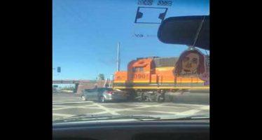 Τρένο παρέσυρε αυτοκίνητο όμως κανείς δεν έπαθε το παραμικρό (video)