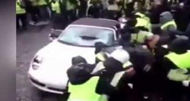 Τα «κίτρινα γιλέκα» αναποδογυρίσανε μια Porsche 911 Cabriolet (video)