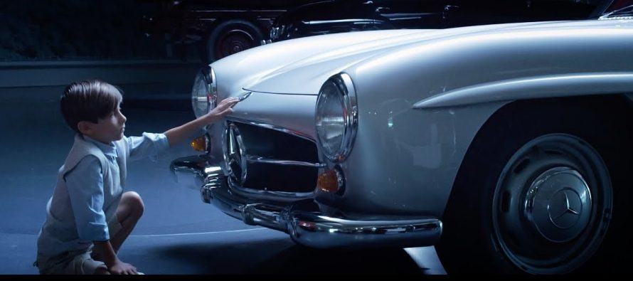 Έγινε πάλι παιδί μέσα στο μουσείο της Mercedes (video)