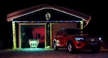 Το Volkswagen Tiguan ρυμουλκεί το έλκηθρο του Άι Βασίλη (video)
