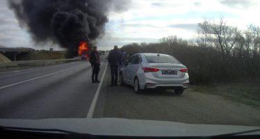 Φορτηγό συγκρούεται μετωπικά με αυτοκίνητο και παίρνει φωτιά (video)