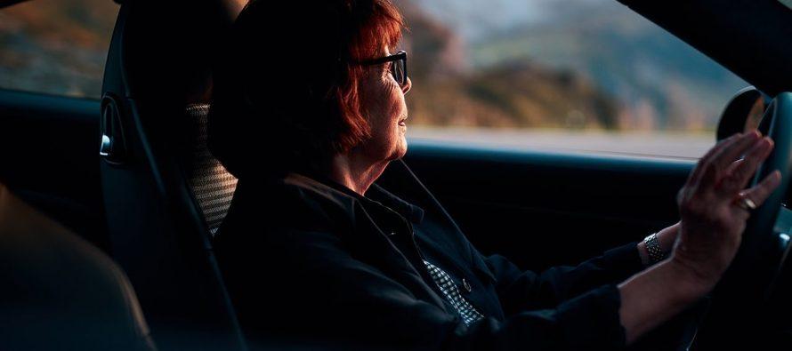 Η γυναίκα που έχει αγοράσει δέκα Porsche 911 (video)