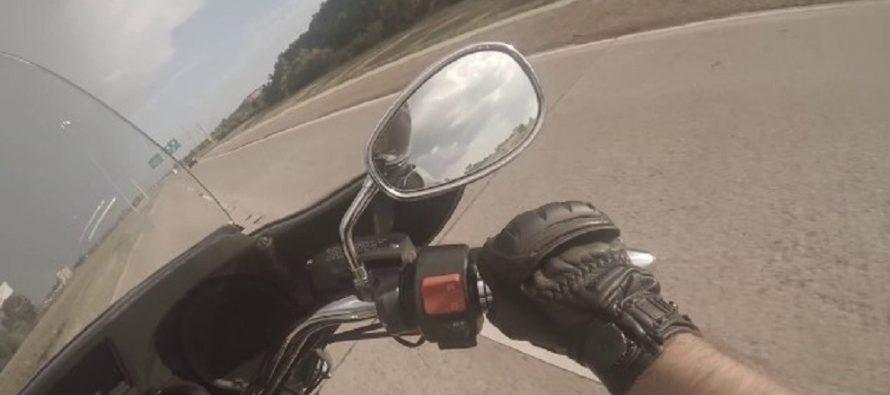 Αυτοκίνητο παρέσυρε μοτοσικλετιστή και τον έριξε στην άσφαλτο (video)