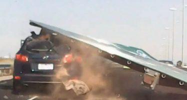Ανεξήγητη πτώση τεράστιας πινακίδας πάνω σε αυτοκίνητο (video)