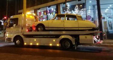 Το αυτοκίνητο της ημέρας: Ένα ιστορικό Citroen DS πάνω σε γερανό