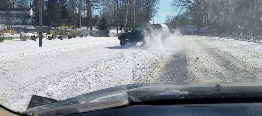 Έκανε προσπέραση πάνω στο χιόνι και το μετάνιωσε (video)