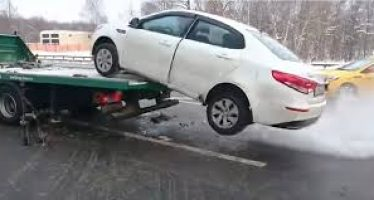 Έκανε όπισθεν ενώ το αυτοκίνητο του ήταν φορτωμένο στο φορτηγό (video)