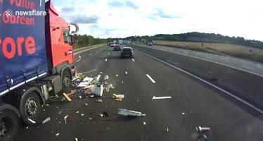 Φορτηγό πέφτει σε τροχόσπιτο και το κάνει κομμάτια (video)