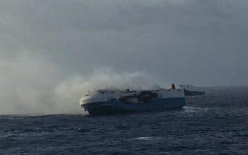 Φωτιά σε πλοίο που μεταφέρει 3.800 Nissan (video)