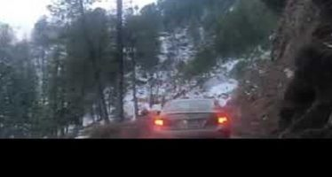 Αυτοκίνητο έπεσε σε χαράδρα ενώ ο οδηγός ήταν καθισμένος στο παράθυρο (video)