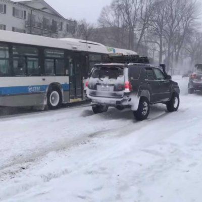 suvs-pulling-bus-stuck-in-snow (2)