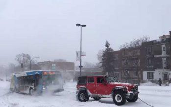 Τρία SUV χρειάστηκαν για να βγει ένα λεωφορείο από το χιόνι (video)