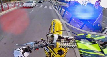 Κάμερα σε κράνος μοτοσικλετιστή κατέγραψε την καταδίωξη και τη σύλληψη του (video)