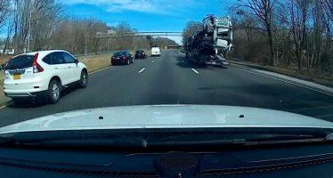 """Έκανε """"cabrio"""" το αυτοκίνητο περνώντας κάτω από γέφυρα (video)"""