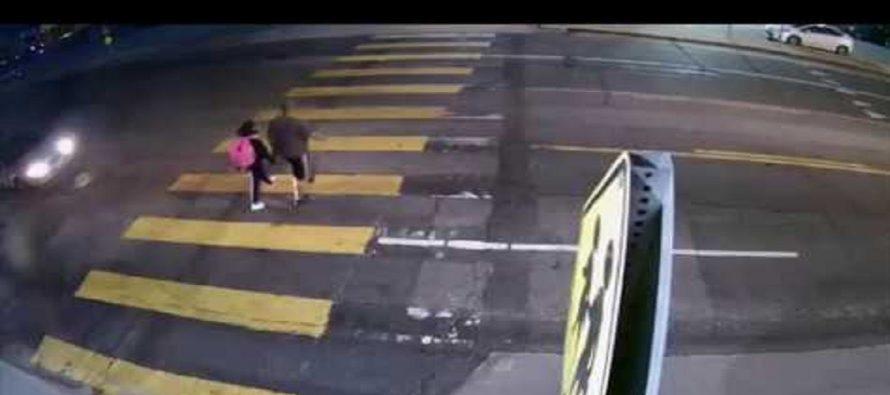 Πατέρας έσωσε την κόρη του από αυτοκίνητο λίγο πριν την παρασύρει (video)