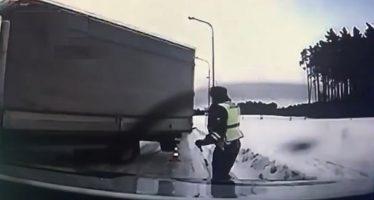 Αστυνομικός παραλίγο να καταπλακωθεί από φορτηγό (video)